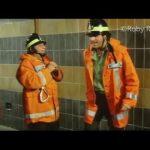 Andrea Roncato, Christian De Sica, Paolo Villaggio e Lino Banfi –  Casalotti e la scala (dal film: I pompieri)